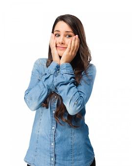 Взволнованный молодая женщина с руки на лице