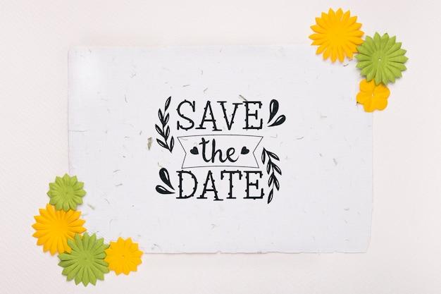 Желтые и зеленые цветы сохраняют макет даты
