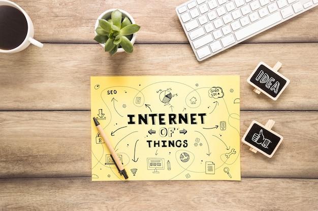 Mockup di carta gialla con internet del concetto di cose