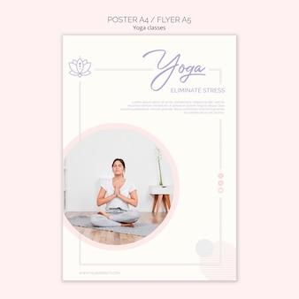Volantino di yoga con donna