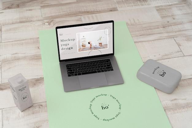 Accessori per mock-up di yoga sul pavimento