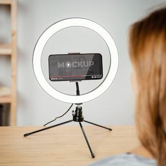 Giovane adulto che utilizza il modello di dispositivo digitale