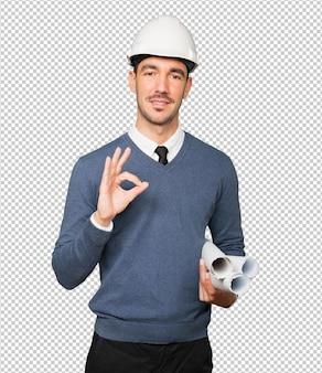 Молодой архитектор делает жест рукой