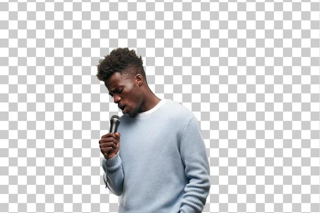 Молодой черный человек поет с микрофоном