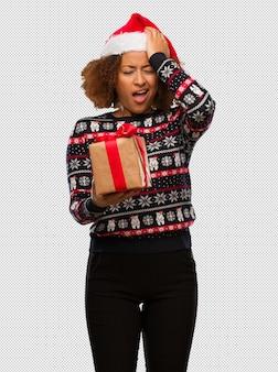 건망증 크리스마스 날에 선물을 들고 젊은 흑인 여성, 뭔가 실현