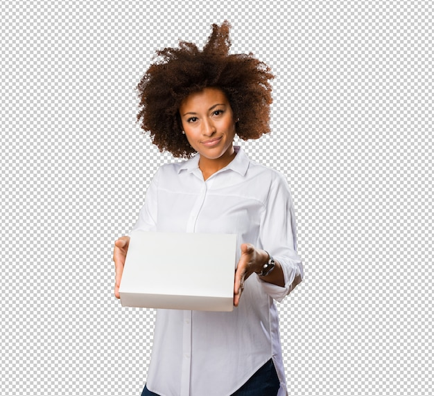 흰색 상자를 들고 젊은 흑인 여성