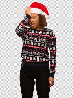 인쇄 잊혀진 유행 크리스마스 스웨터에 젊은 흑인 여성, 뭔가 실현