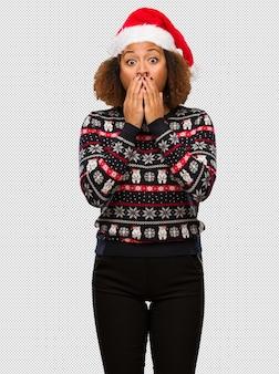 인쇄 매우 트렌디 한 크리스마스 스웨터에 젊은 흑인 여성은 매우 무서워 두려워