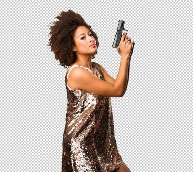Молодая черная женщина, используя пистолет