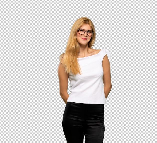 Молодая блондинка в очках и улыбается