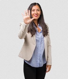 숫자 5를 보여주는 젊은 비즈니스 인도 여자