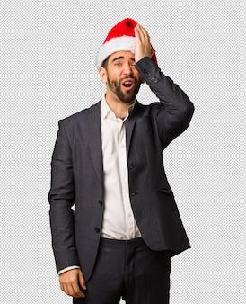 잊을 수없는 산타 모자를 쓰고 젊은 사업가