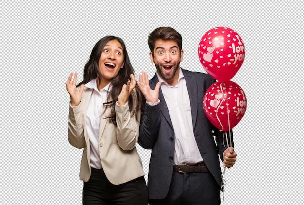 Молодая пара в день святого валентина празднует победу или успех