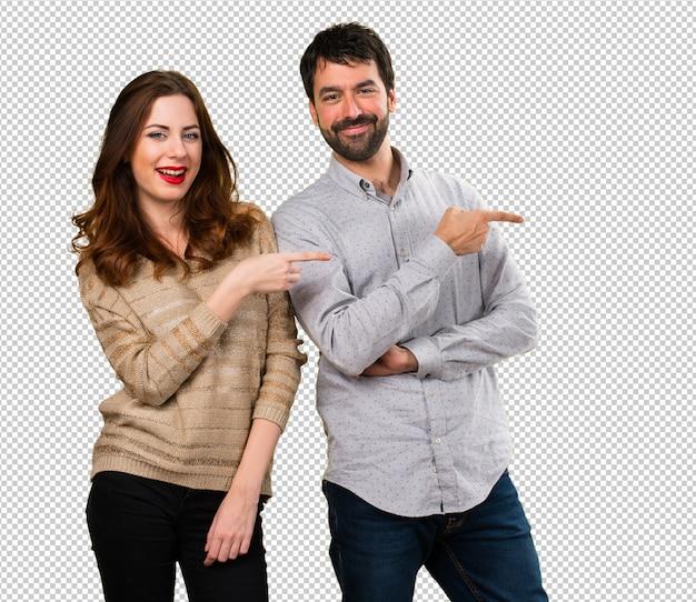 Молодая пара, указывая на боковой