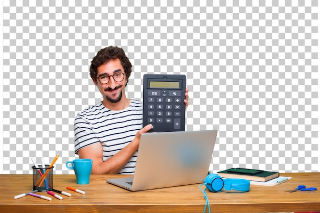 Молодой сумасшедший графический дизайнер на столе с ноутбуком и с калькулятором
