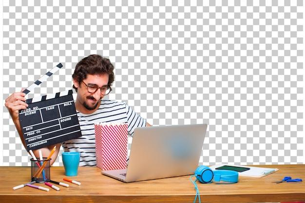 노트북과 영화 추와 책상에 젊은 미친 그래픽 디자이너