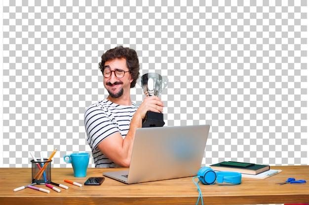 ノートパソコンを机の上の若いクレイジーグラフィックデザイナーと