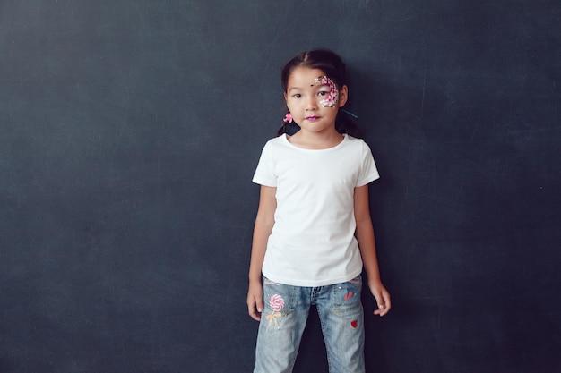 셔츠 모형을 입고 젊은 귀여운 아이