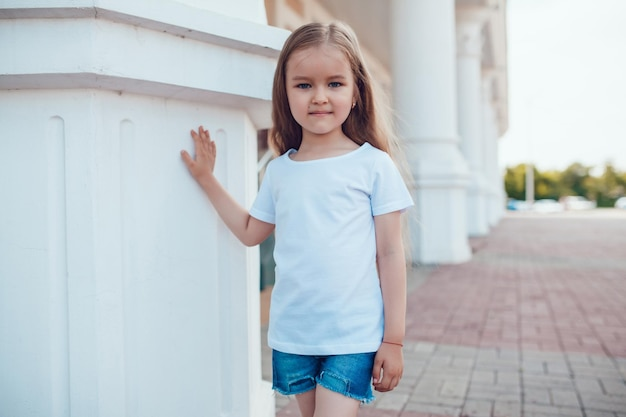 シャツのモックアップを着て若いかわいい子供