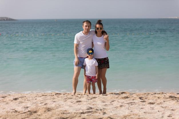 Tシャツのモックアップを着ている若い家族