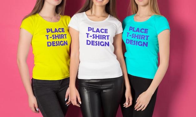 若い女の子のグループのtシャツのモックアップ
