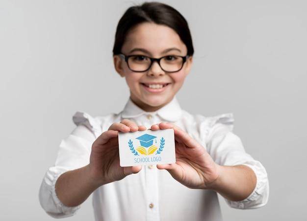 비즈니스 카드 모형을 들고 어린 소녀