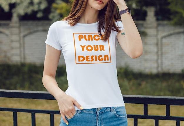 若い女の子のtシャツのモックアップ