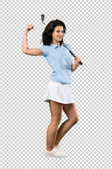 Молодая женщина в гольф празднует победу