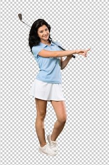 Женщина молодой гольфист, указывая на сторону, чтобы представить продукт