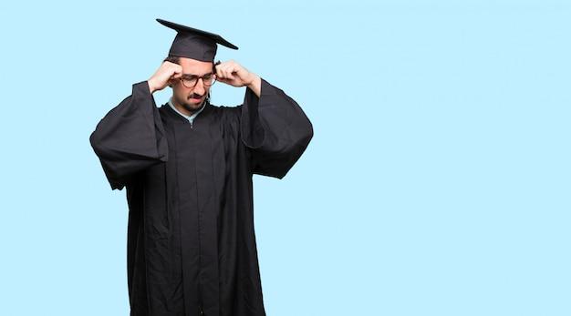 스트레스와 좌절을 찾고 젊은 졸업 된 남자