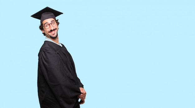 젊은 그녀의 얼굴에 만족하고 행복한 표정으로 남자를 진심으로 웃고 졸업