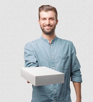 Молодой красивый мужчина держит ящик