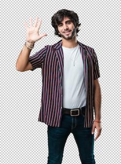 숫자 5, 계산의 상징, 수학의 개념을 보여주는 젊은 잘 생긴 남자, 자신감과 쾌활한