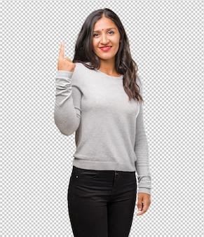 넘버 원을 보여주는 젊은 인도 여자