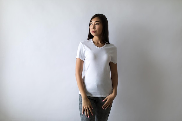 ショートパンツジーンズとtシャツを着ている若い女性