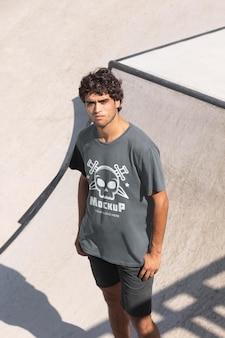 모형 티셔츠를 입은 젊은 남성 스케이트보더