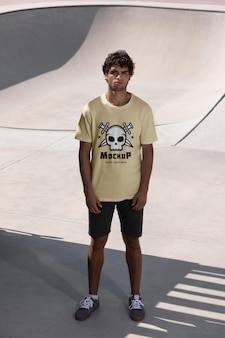 Giovane skateboarder maschio con t-shirt mock-up