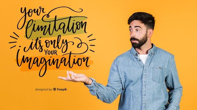 Молодой человек, держащий мотивационные цитаты