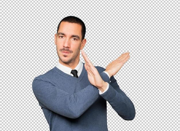 腕を組まないジェスチャーをする青年