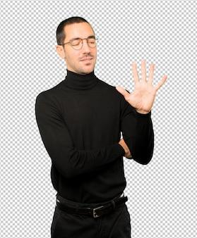 5番目のジェスチャーをする若い男