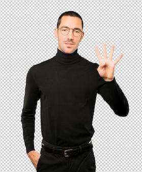 Молодой человек, делая жест номер четыре