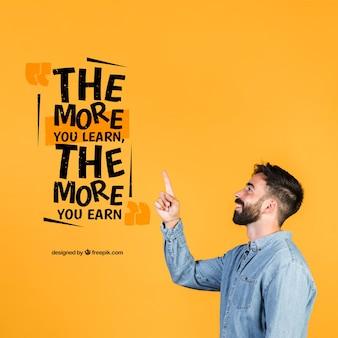 Молодой человек, указывая пальцем на мотивационные цитаты