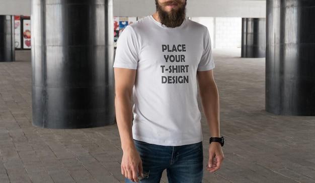 若い男リアルなtシャツのモックアップ