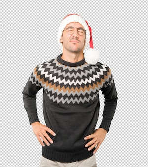 고립 된 몸짓 동안 크리스마스 모자를 쓰고 젊은 남자