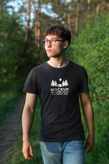 자연 속에서 모형 티셔츠를 입은 청년