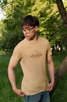 야외에서 모형 티셔츠를 입은 청년