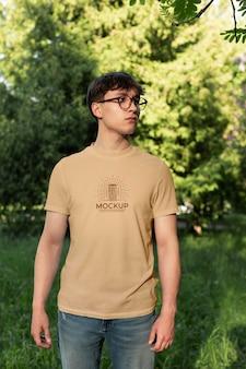 모형 티셔츠를 입은 청년