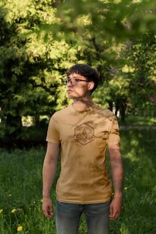 Giovane che indossa una maglietta simulata