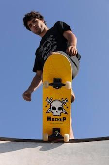 Giovane con mock-up skateboard