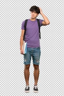 Молодой студент человек, имеющий сомнения, почесывая голову